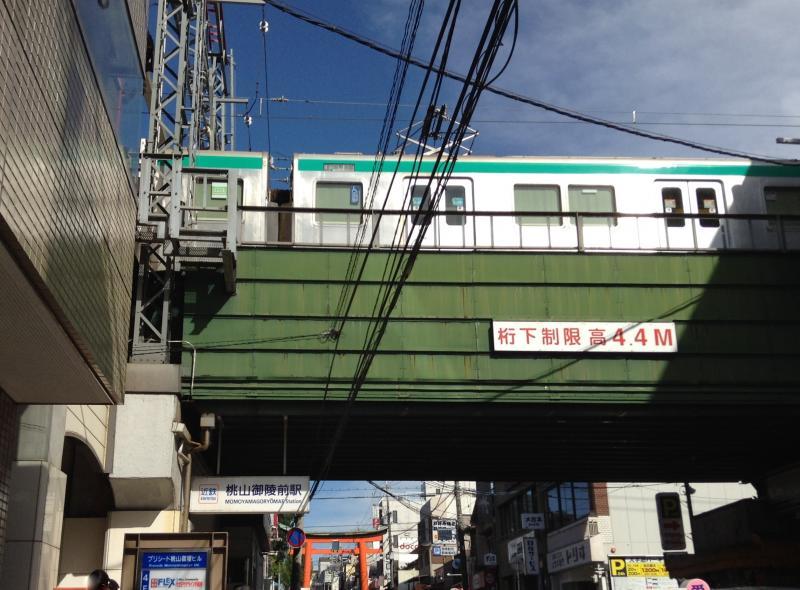 桃山御陵前駅の前の様子
