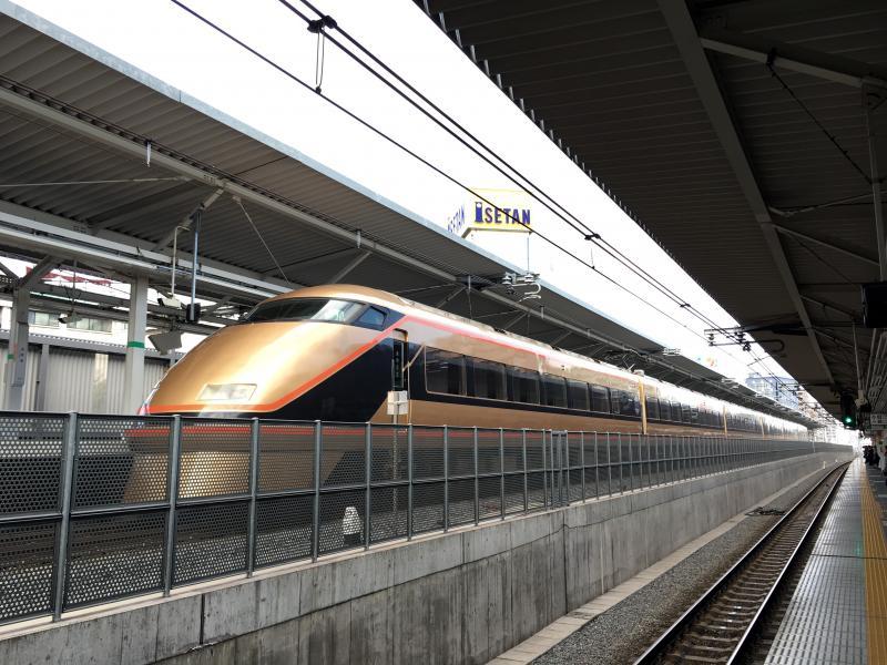 JR浦和駅の上り線に停車している東武鉄道100型スペーシア