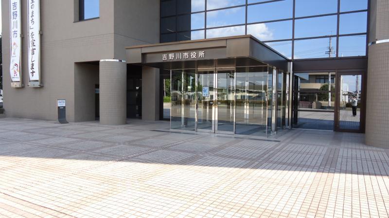 市役所入口