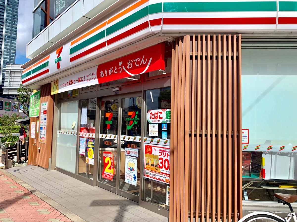 セブンイレブン 豊洲店の西側からの店舗入口外観