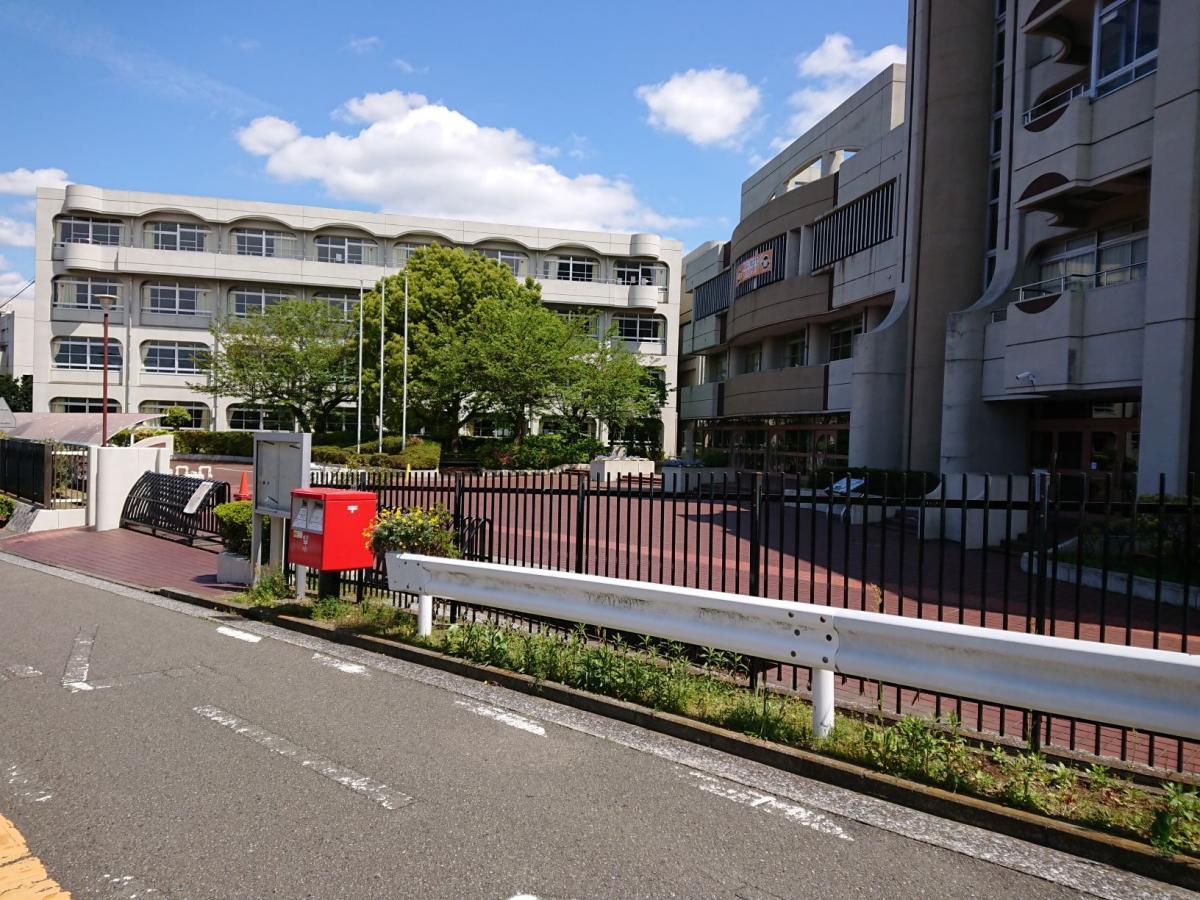 丘の上に立つ永谷高校です。