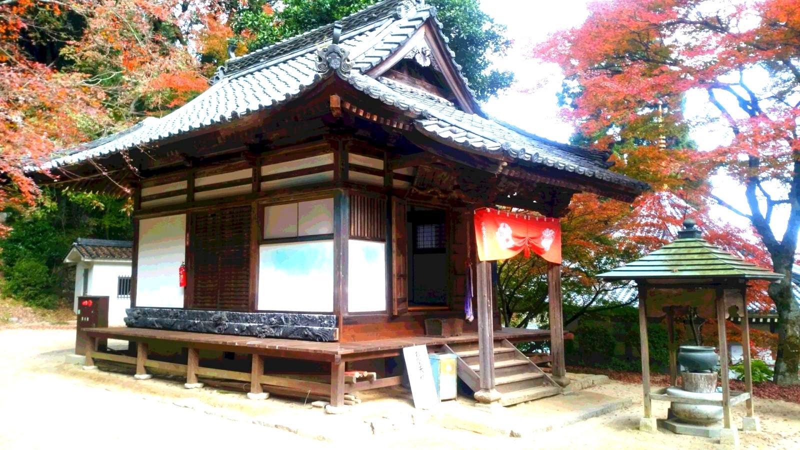 興隆寺本堂横の建物