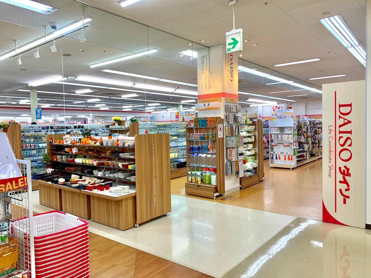 ザ・ダイソー ヤオコー川越山田店の店舗入口外観、サイン表示