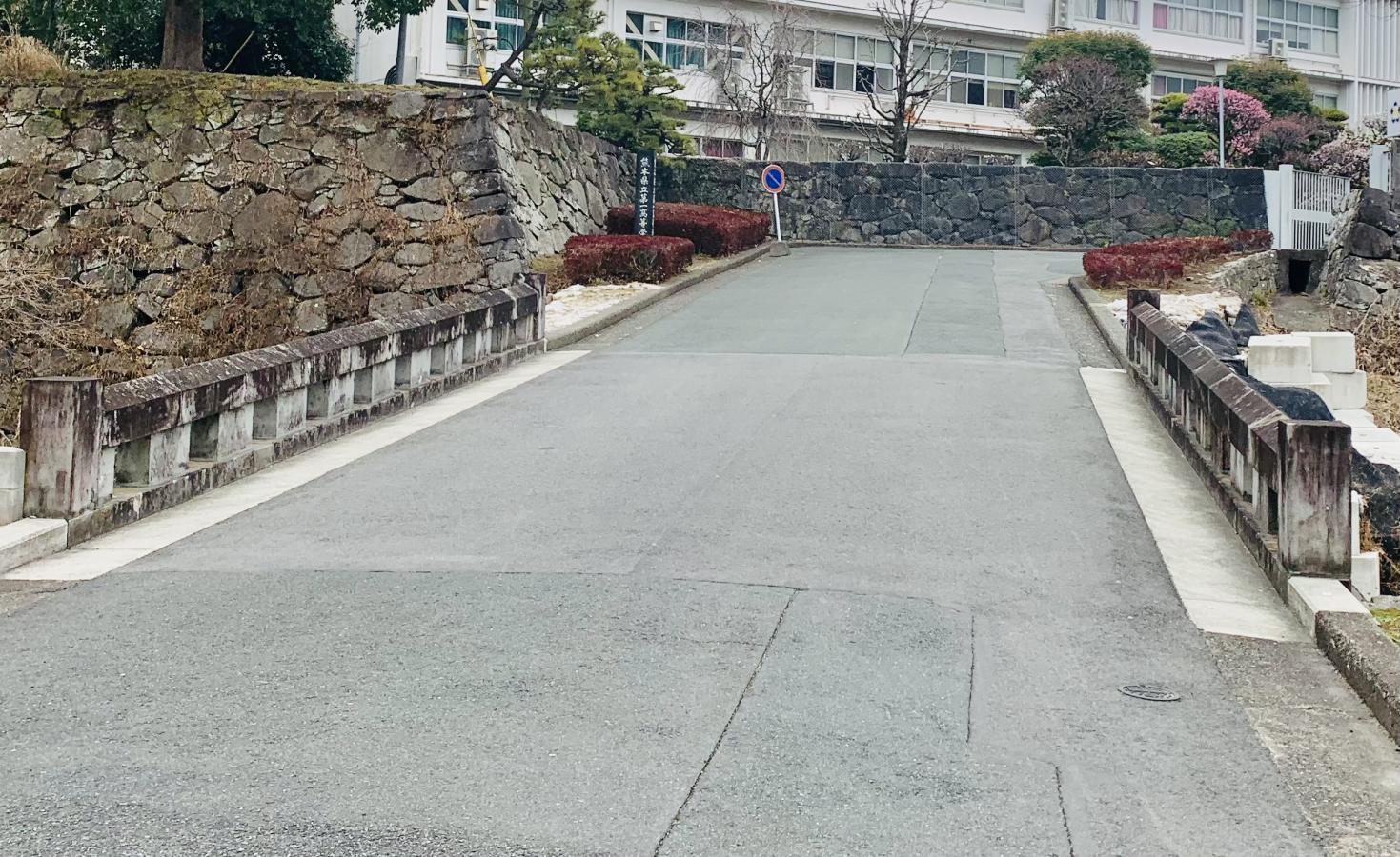 正門への橋