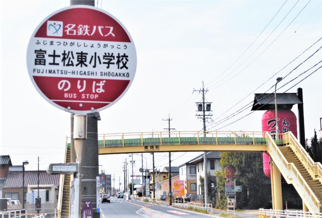 バス停と歩道橋