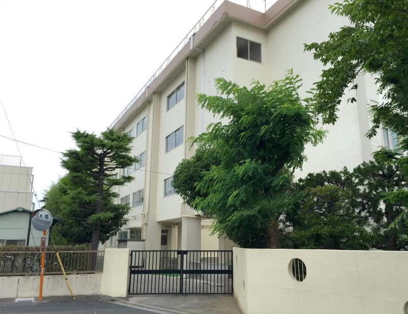 葛飾区立新宿中学校の南側校門正面外観