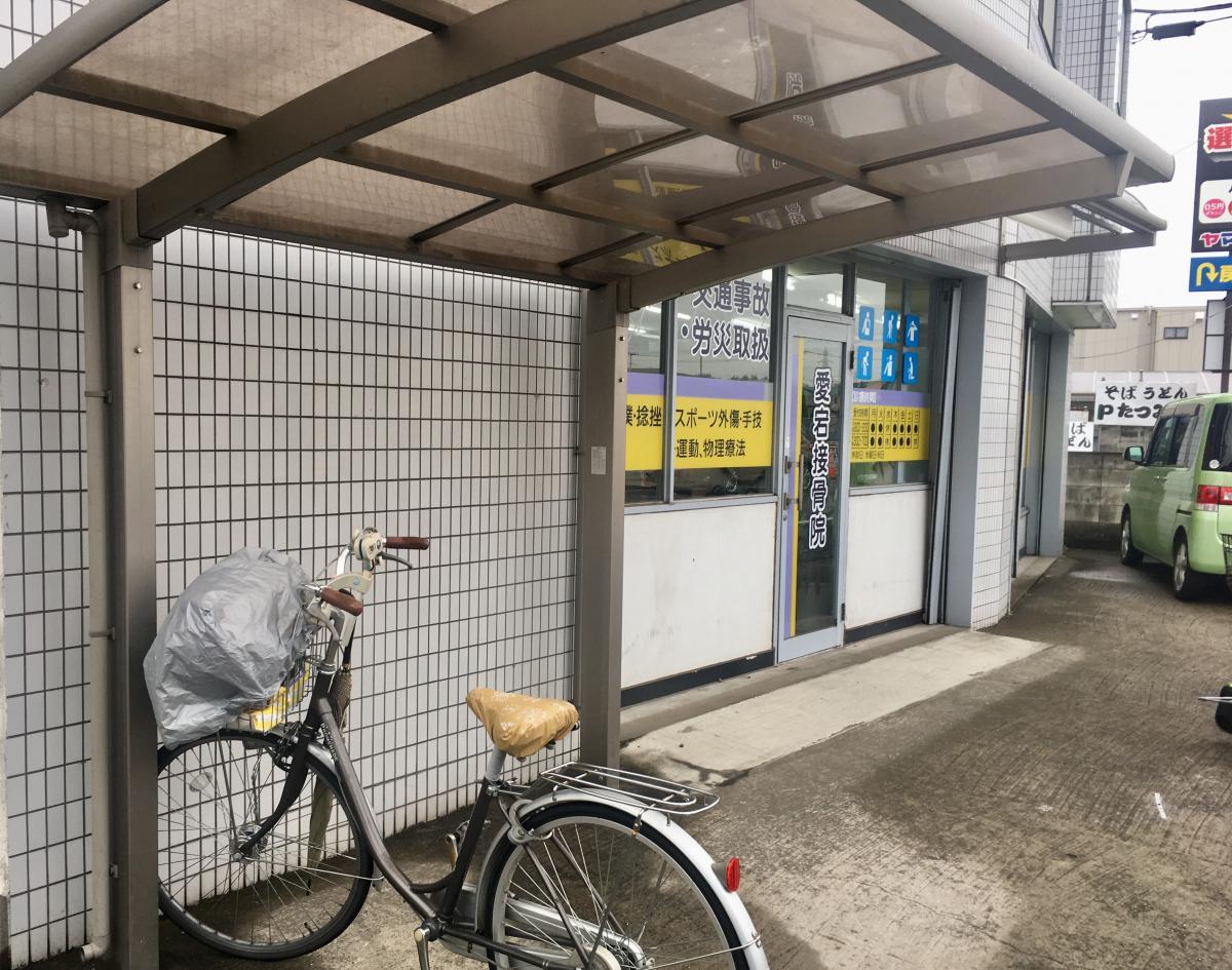 駐輪場と施設外観。