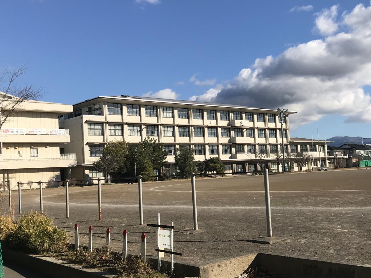 西門から見た校舎
