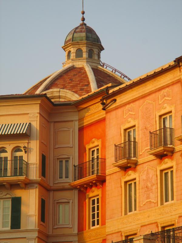 夕日に輝くホテルミラコスタ